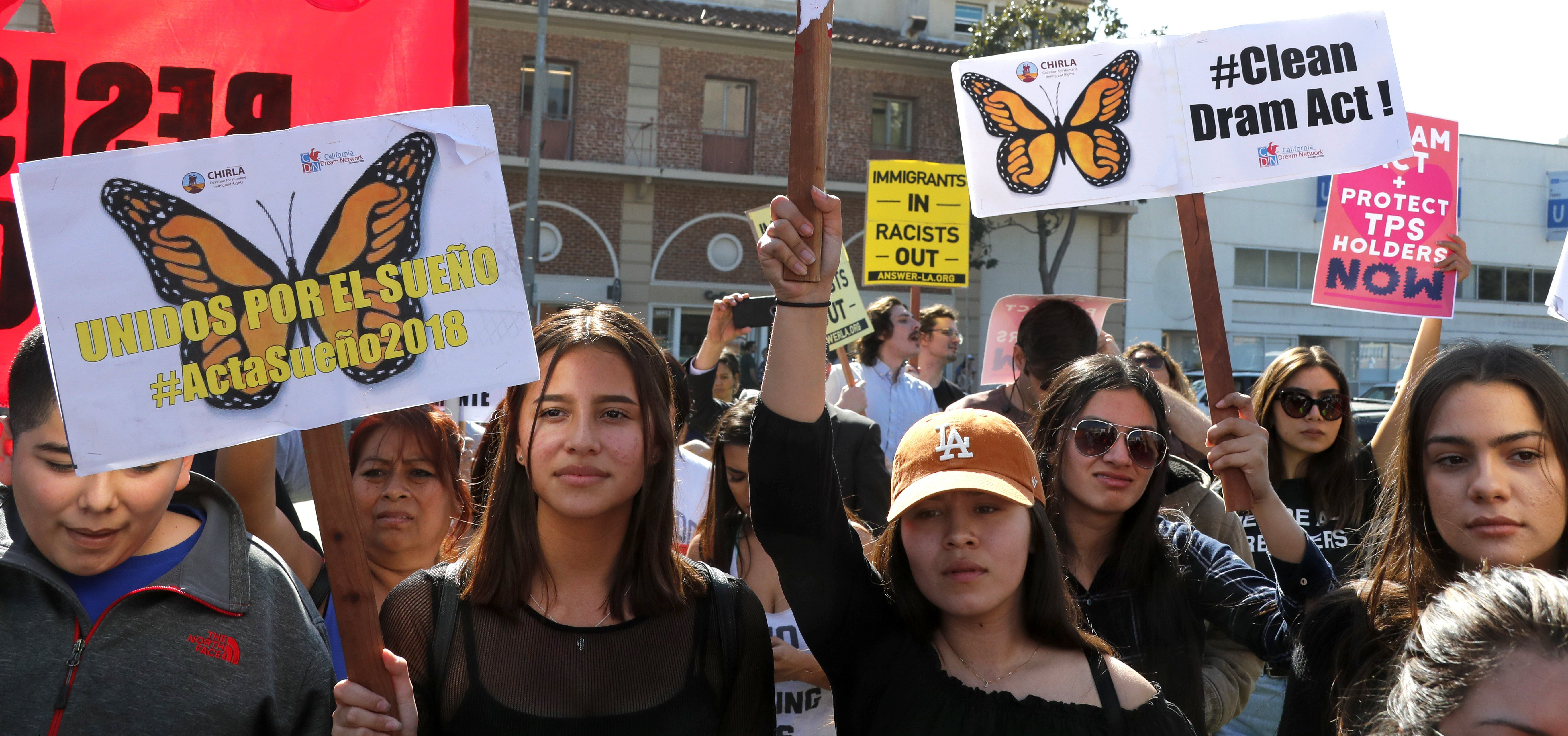 Los Angeles (United States), 03/02/2018.- Dreamers join hundreds of demonstrators calling for DACA (Deferred Action for Childhood Arrivals) protection and protesting against US President Donald Trump in a national day of action in Los Angeles, California, USA, 03 February 2018. (Protestas, Estados Unidos) EFE