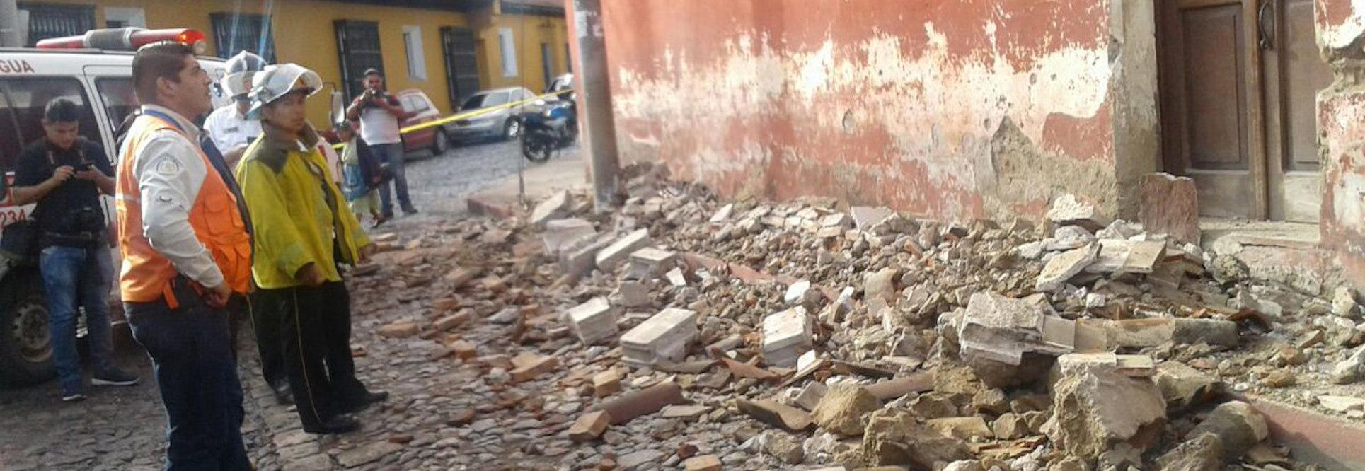 Fotografía cedida por Conred, de los daños ocurridos en la Antigua Guatemala (Guatemala) hoy, jueves 22 de junio de 2017, luego de un sismo de magnitud 6,7 en la escala de Richter que sacudió el país.