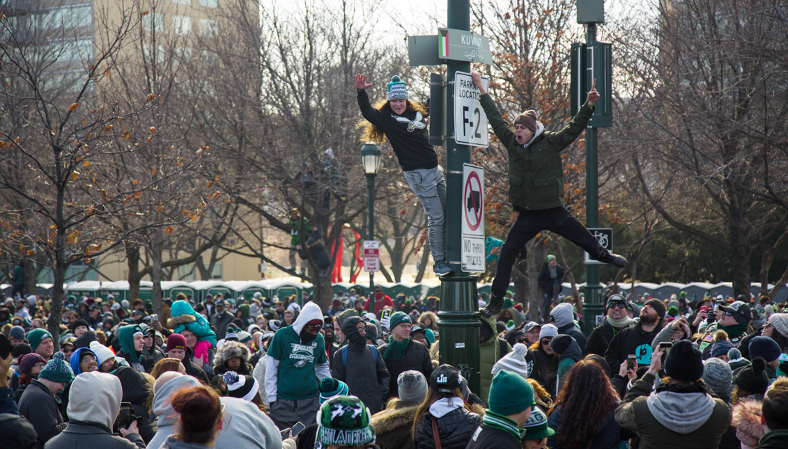 Climbing to the top: Eagles fans have high standards for the intrepid pole-climbers among them. Samanatha Laub/AL DÍA News