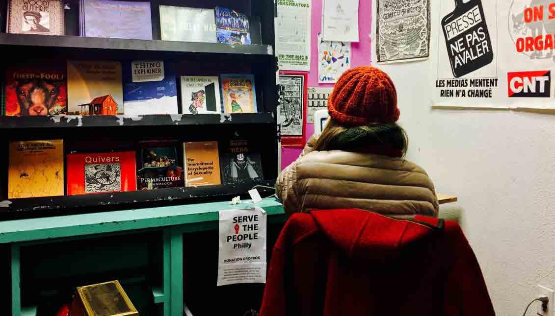 Wooden Shoe es una librería que encierra una atmósfera distinta a la de otros establecimientos dedicados a la venta de libros, aquí el enfoque es colaborativo y político. La librería está ubicada en el 704 South Street. Foto Archivo Particular.