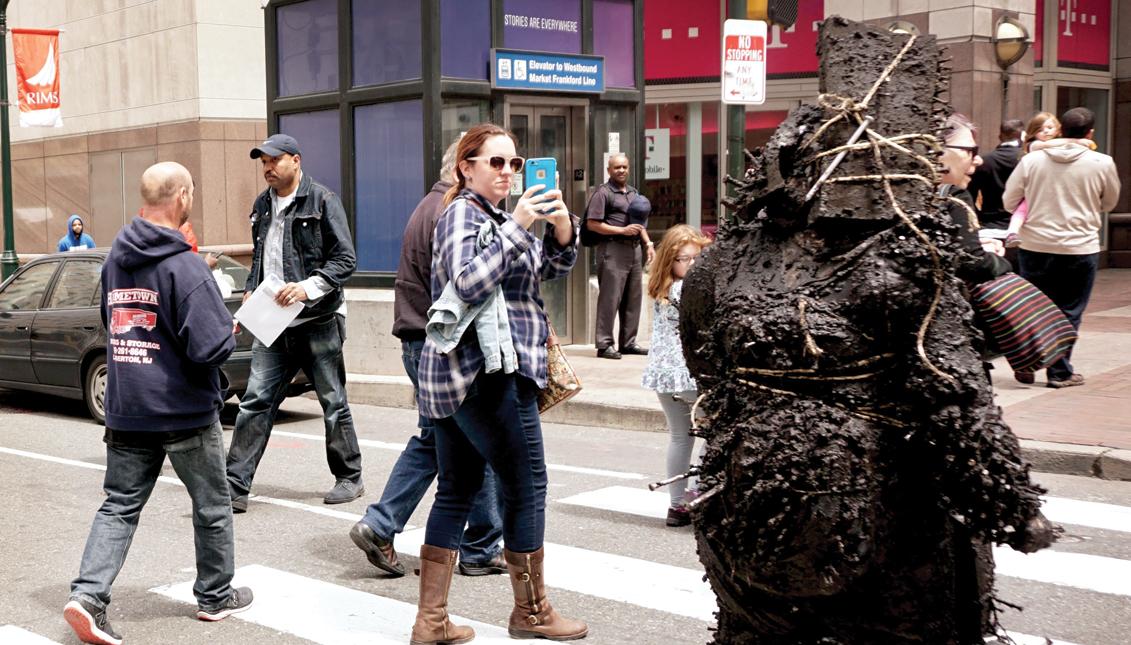 """La artivista Tania Bruguera participó en la exposición """"Person of the Crowd"""": El arte contemporáneo de la Flânerie, organizada por la Fundación Barnes, en Filadelfia, en marzo de 2017."""