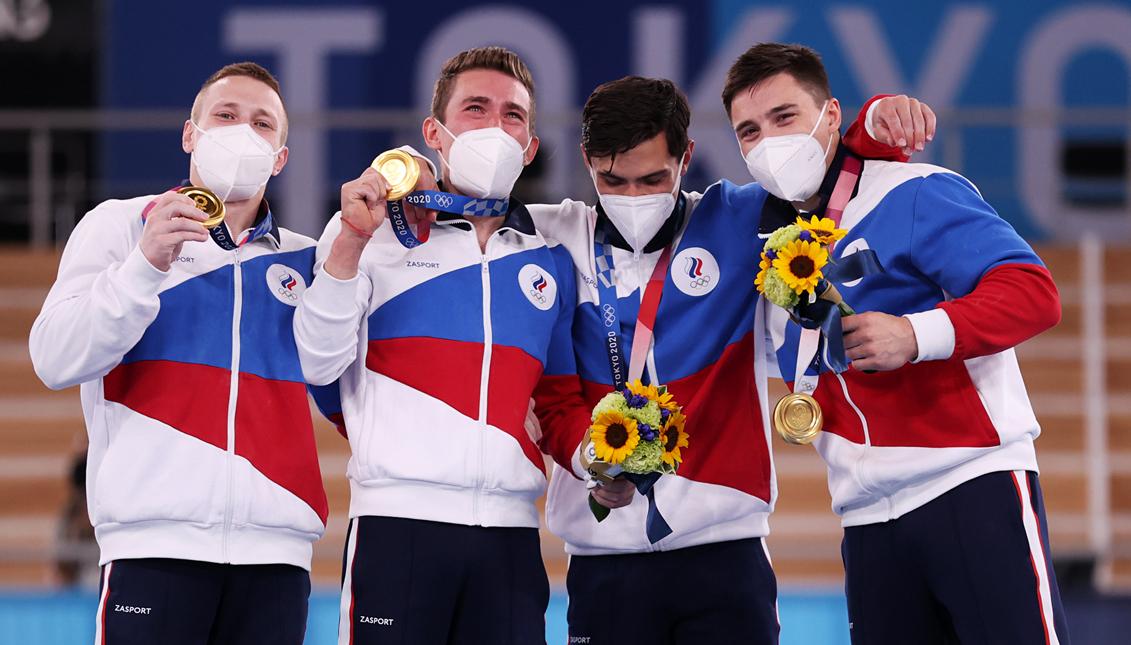 Los gimnastas del ROC celebran su oro olímpico. Getty Images