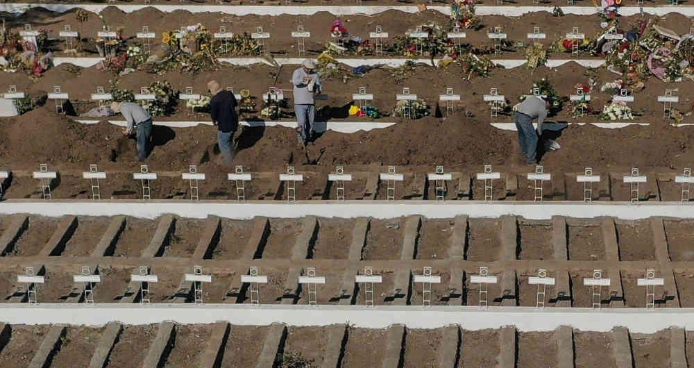 Los sepultureros excavan hace un mes unas 2.000 tumbas individuales en tres patios del gigantesco recinto municipal, ubicado en la comuna de Recoleta, en el norte de Santiago. Foto: AFP