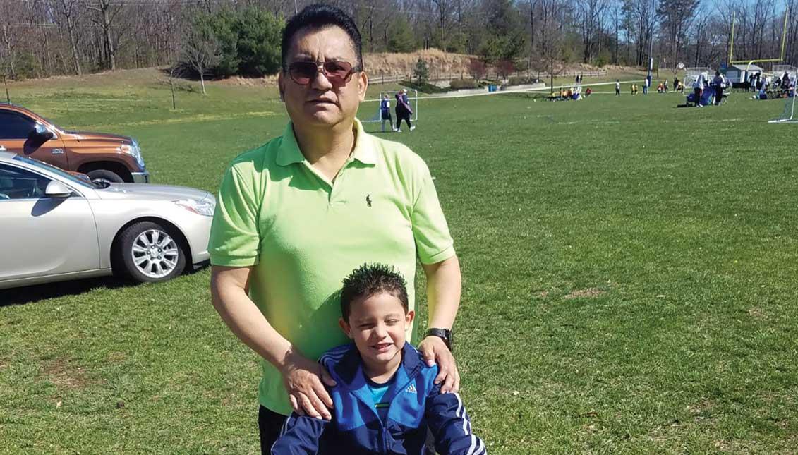 Juan Pajuelo durante un paseo familiar con su hijo. Foto suministrada.