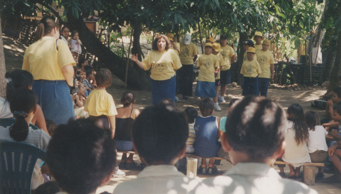 'Titi' Myrtha en una de sus actividades con los niños de Amparo de la Niñez.