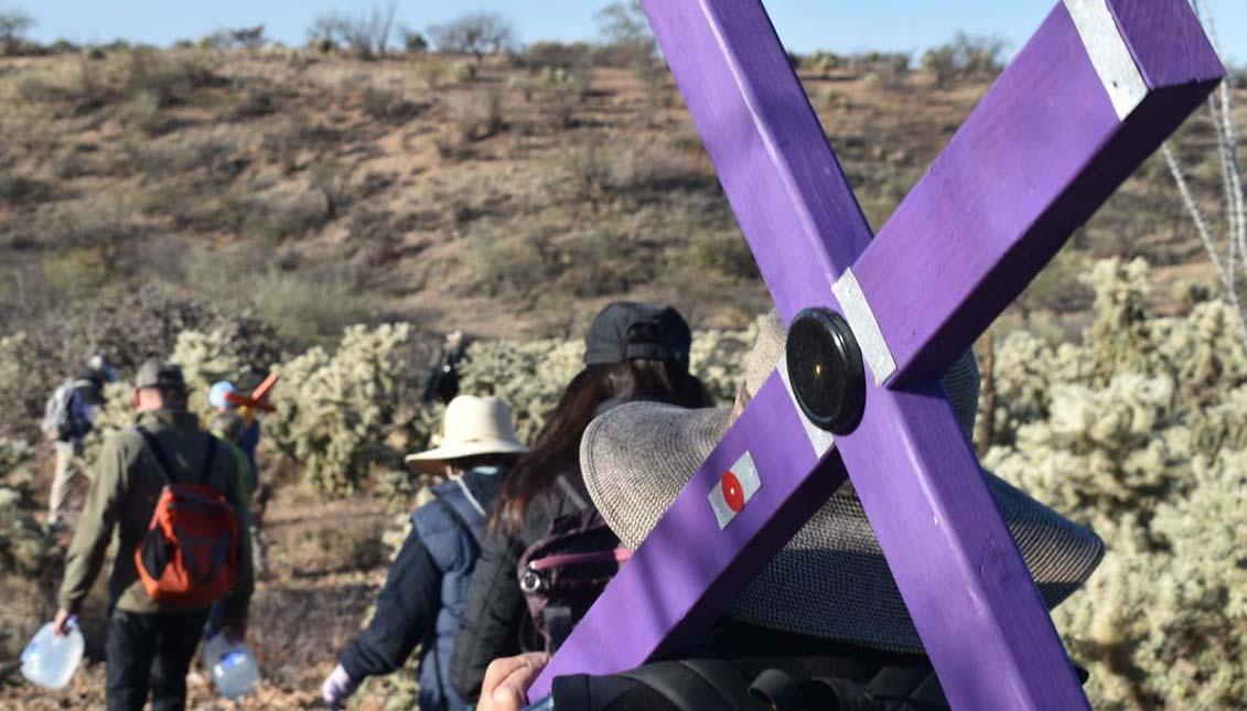Voluntarios con la cruz a cuestas. Vía gvnews