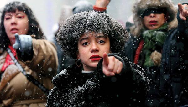 """NUEVA YORK, NY - 18 DE ENERO: Las mujeres cantan """"El Violador Eres Tú"""", un himno creado por el colectivo feminista chileno Las Tesis, en Times Square durante la Marcha Anual de las Mujeres el 18 de enero de 2020 en la ciudad de Nueva York. (Foto de Yana P"""
