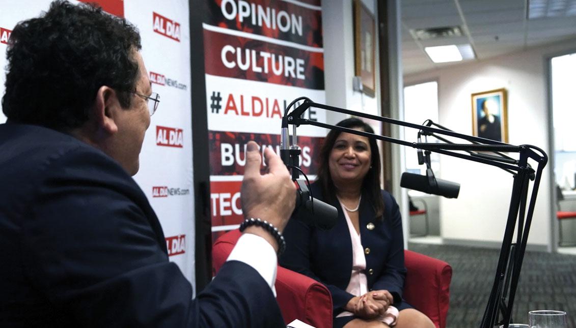 L concejala María Quiñones- Sánchez habla con Hernán Guaracao, editor y CEO de AL DÍA, el 14 de marzo. Foto: Alan Simpson / AL DÍA News