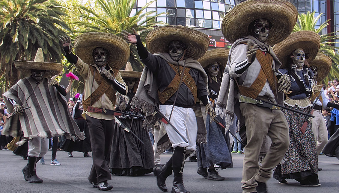 """Personajes de """"007 Spectre"""" en el desfile de Día de Muertos, en Mexico."""