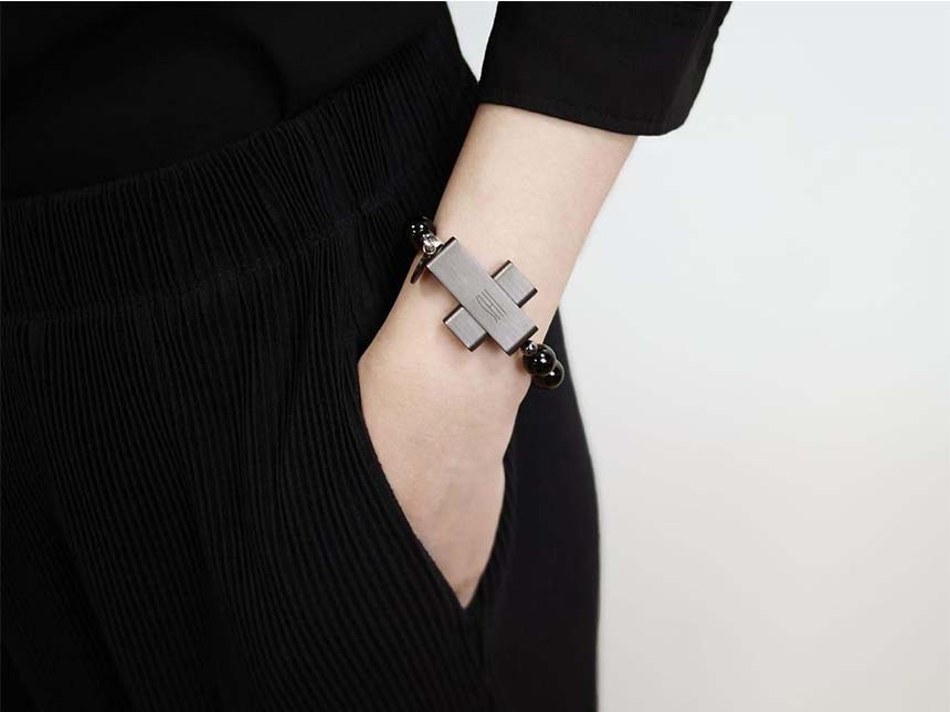 """Una """"cruz inteligente"""" almacena datos y se puede usar como pulsera."""