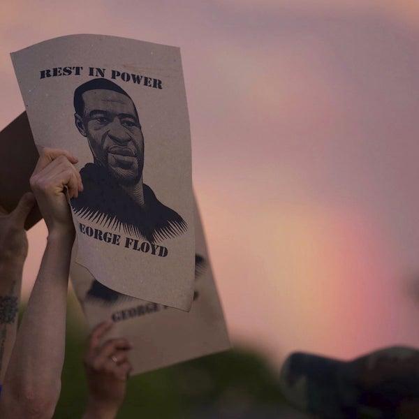 Un manifestante sostiene un cartel con una imagen de George Floyd durante las protestas en Minneapolis, Minnesota, el 27 de mayo. Fotografía: Christine T Nguyen/AP