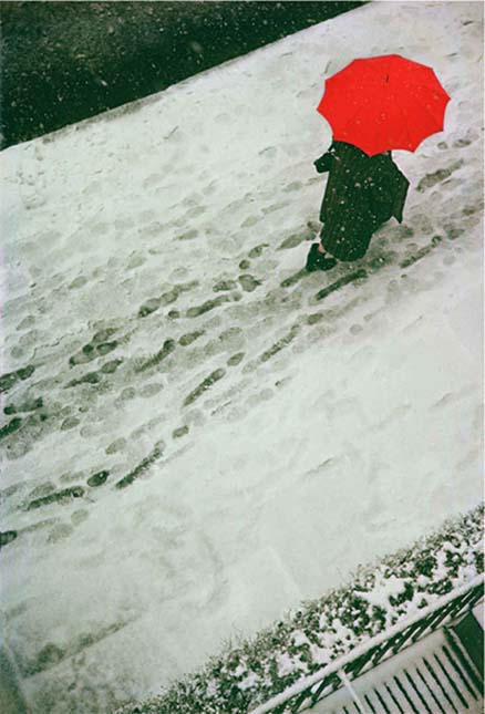 'Footprints' (1950), Saul Leiter. ©Saul Leiter Foundation, Courtesy Gallery FIFTY ONE.