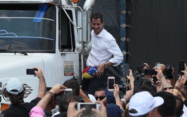 """El presidente encargado de Venezuela, Juan Guaidó saluda este sábado desde un camión, en Cúcuta (Colombia). Guaidó llamó este sábado a las Fuerzas Armadas a ponerse del """"lado correcto de la historia"""" y permitir el ingreso de los 14 camiones que partieron"""