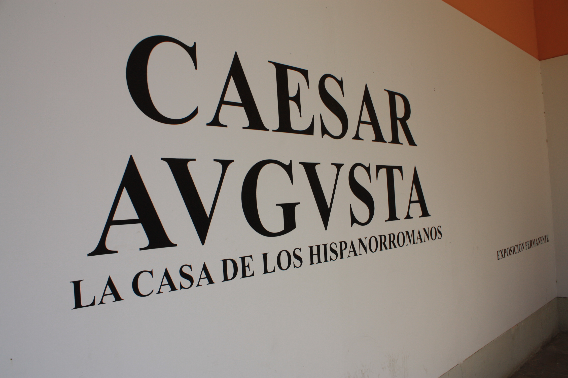 "Sign on a wall of the ""Museo de Zaragoza""."