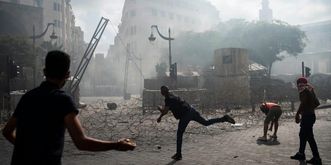 La gente se enfrenta a la policía durante una protesta contra las élites políticas y el gobierno después de la explosión mortal de esta semana en Beirut, Líbano, el sábado 8 de agosto de 2020. Felipe Dana/AP