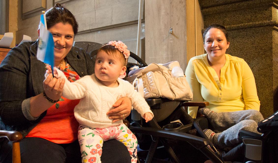 Alba Lucero junto a Jeaneth Cordón, ambas inmigrantes y madres de hijos estadounidenses. Foto: Edwin López Moya / AL DÍA News