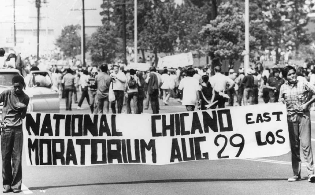La Moratoria Nacional Chicana reunió a más de 30.000 activistas, estudiantes, familias y sus hijos en la marcha por el bulevar Whittier en el este de Los Ángeles, el 29 de agosto de 1970. | Imagen cortesía de la Biblioteca Pública de Los Ángeles
