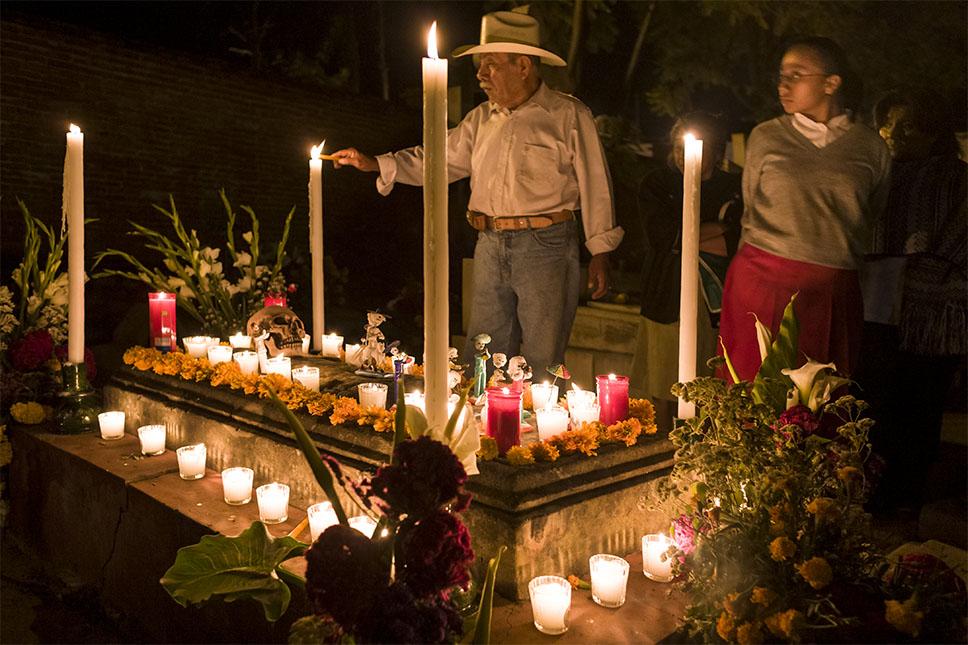 Un rito muy popular es visitar los cementerios y encender velas. Getty Images.