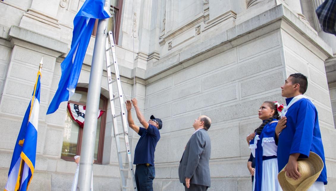 Izada de bandera de Nicaragua en Filadelfia.