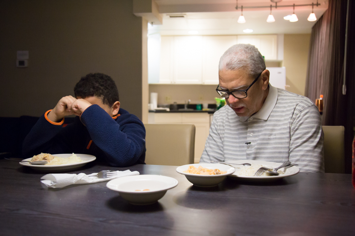 Raúl Berríos and his son Asaf Berríos, praying before dinner. Photo: Samantha Laub / AL DÍA News