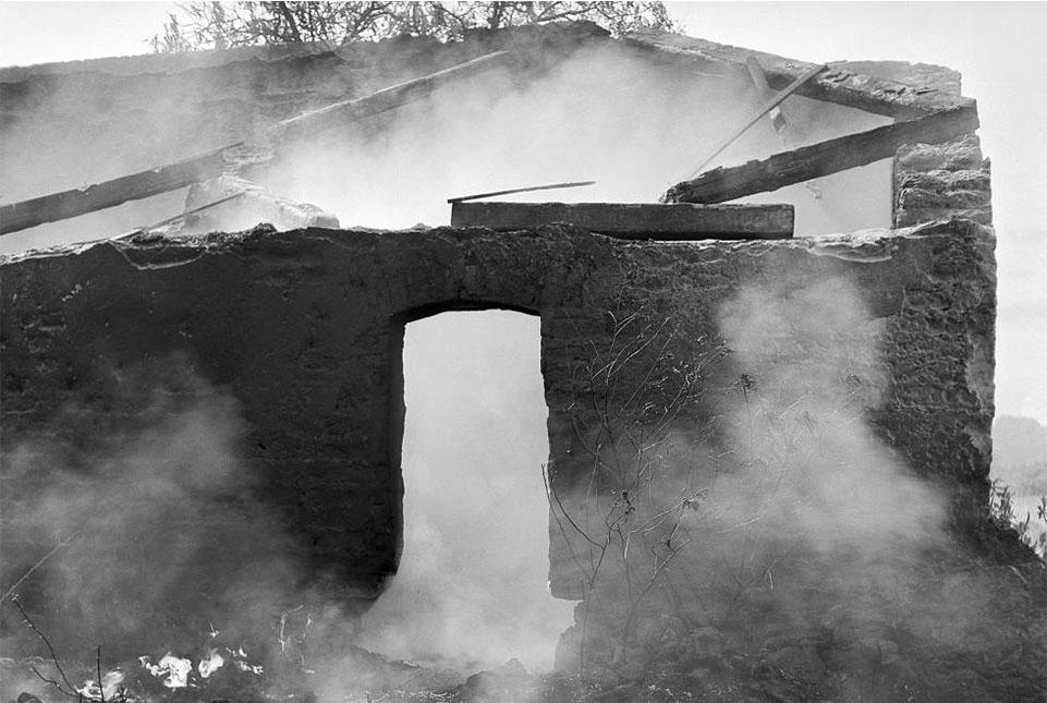 Casa en ruinas en Actipan Tlaxcala (1955). FUNDACIÓN JUAN RULFO