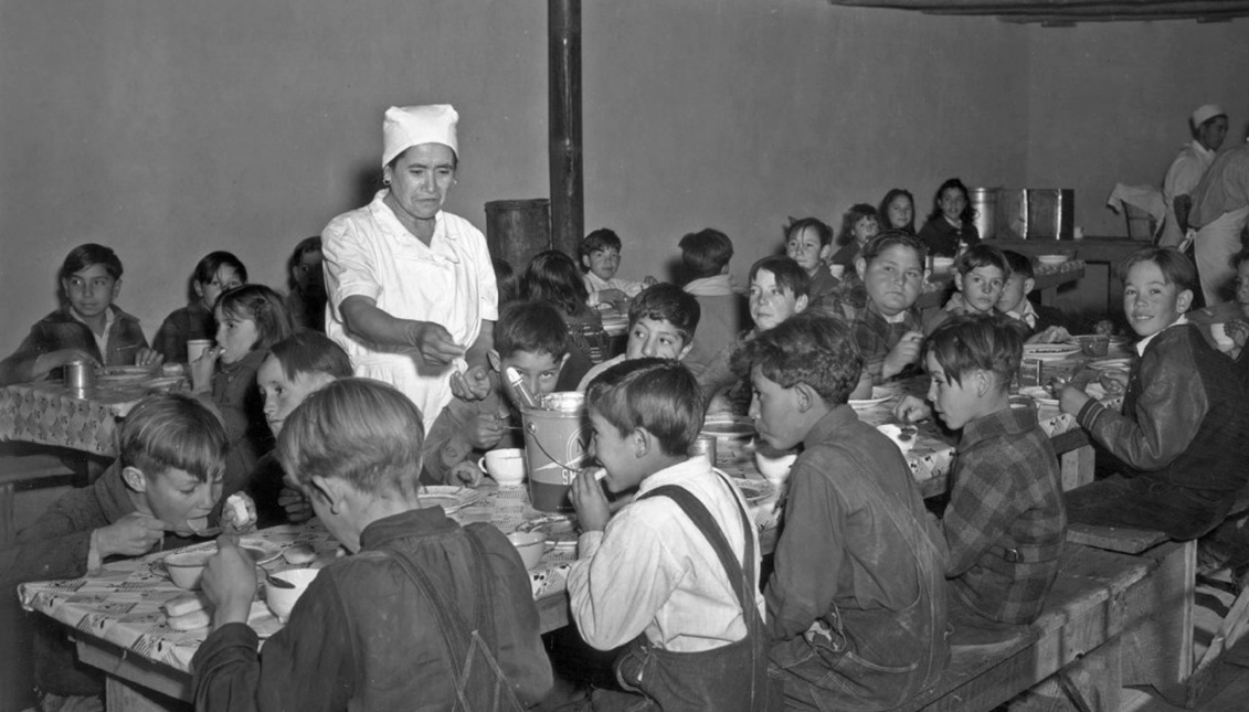 Escuela en Taos (California), donde los niños pagaban un centavo al día por su comida caliente en 1941. Vía Library of Congress.