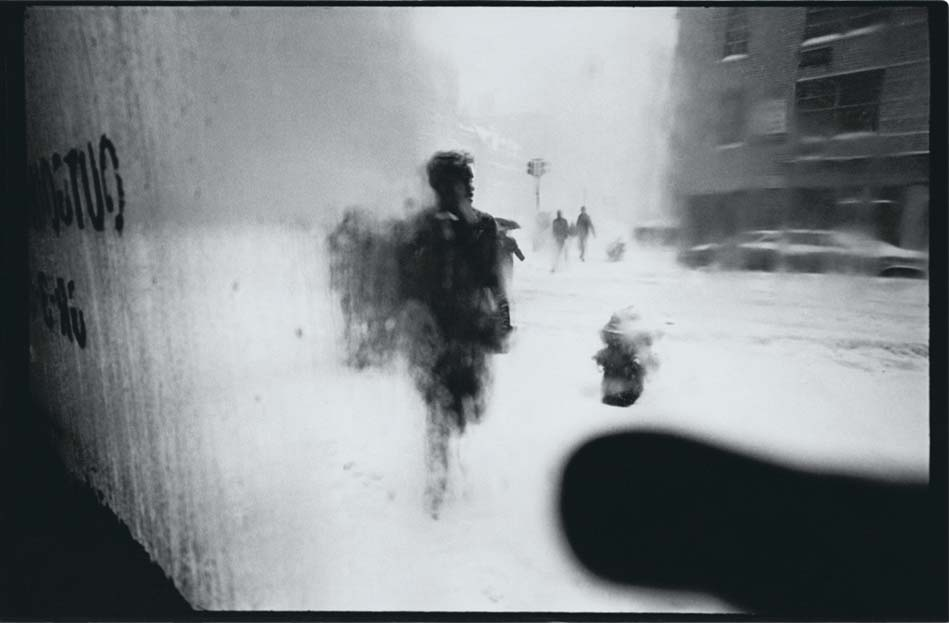Snow (1960), Saul Leiter. ©Saul Leiter Foundation, Courtesy Gallery FIFTY ONE.