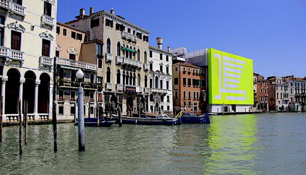 Exhibiciones simultáneas de la Bienal de Venecia en el Gran Canale.