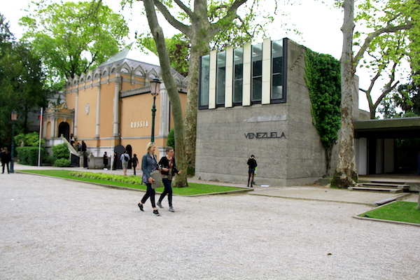 Pabellones de Rusia y Venezuela en la 58 Bienal de Venecia.