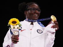 Tamyra Mensah-Stock, del equipo estadounidense, muestra su medalla de oro el martes tras la final de lucha libre femenina de 68 kilos en los Juegos Olímpicos de Tokio. Foto: Tom Pennington/Getty Images