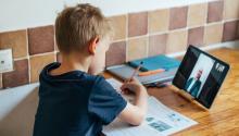 Programas como Internet Essentials ayudarán a los estadounidenses a permanecer seguros y garantizan que los hogares cuenten con lo necesario para que los estudiantes sigan aprendiendo y se mantengan informados. Comcast