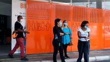 Un grupo de personas espera frente a un hospital en Medellín, Colombia.JOAQUIN SARMIENTO / AFP