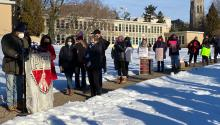 Los funcionarios electos locales se mostraron junto a los representantes sindicales y otros manifestantes en las escuelas de la ciudad exigiendo un mejor plan para la reapertura de las escuelas. Foto: Twitter: @HelenGymAtLarge