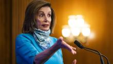 La presidenta de la Cámara baja de Estados Unidos, Nancy Pelosi, busca la aprobación de un nuevo paquete de ayuda económica. Crédito: AP