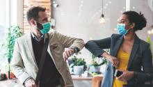 El distanciamiento social, uso de mascarillas y el lavado constante de las manos son tan sólo algunas de las medidas que puedes tomar para protegerte y proteger a los tuyos del COVID. GettyImages