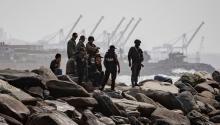 Agentes de seguridad patrullan la costa de Macuto, en La Guaira (Venezuela), este domingo.RAYNER PEÑA / EFE