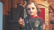 Cientos de fieles visitan una iglesia localizada en Tacuba, en la Ciudad de México, para rendir tributo al Santo Niño de los Milagros y pedir su ayuda divina para la selección mexicana.