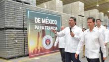 President Enrique Peña Nieto (R), during a visit to Grupo Modelo brewery, in Hunucma, Yucatan state, Mexico on May 8, 2017. EFE/Mexico's Presidency