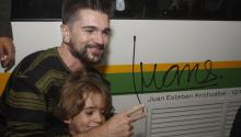 Colombian singer songwriter Juanes poses with his son in the Medellin subway, in Medellin, Colombia, May 9, 2017. EFE/LUIS EDUARDO NORIEGA A.