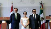 Canadian Foreign Minister Chrystia Freeland (C), poses for the media with Mexican Foreign Minister Luis Videgaray Luis Videgaray (L), and Mexican Economy Secretary Ildefonso Guajardo (R), after a meeting in Mexico City, Mexico, on May 23, 2017. EFE/Mario Guzman