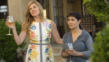 """Salma Hayek (d) y Connie Britton (i) en la película """"Beatriz at Dinner"""", una comedia inteligente y ácida donde la mexicana encarna el papel de una sanadora de medicina alternativa, inmigrante, que choca con la soberbia y prepotencia de un magnate del mundo de los bienes raíces. EFE/Roadside Attractions"""
