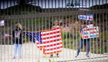 Supporters of President Donald Trump along the US-Mexico border. The House of Representatives on Thursday approved a budget bill for 2018 including $1.6 billion requested by the White House to begin construction of a wall along the border. EFE