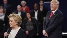 Los candidatos Hillary Clinton y Donald Trump durante el segundo debate presidencial en Washington University, St.Louis, Missouri, el 9 de Octubre de 2016.EFE/EPA/SAUL LOEB