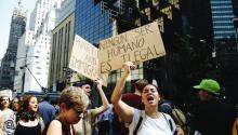 Varias personas sostienen pancartas y gritan consignas durante una protesta en contra de la decisión del presidente Donald Trump de suspender el programa de Acción Diferida para los Llegados en la Infancia (DACA) en la Torre Trump en Nueva York. EFE