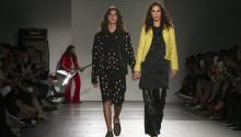 Modelos lucen prendas de la colección Primavera-Verano 2018 del diseñador de origen mexicano Ricardo Seco hoy, martes 12 de septiembre de 2017, durante la Semana de la Moda de Nueva York (EE.UU.). EFE