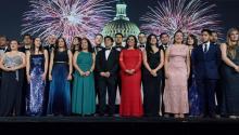 Fotografía de la nueva clase de Jóvenes Líderes Latinos del CHCI 2017 durante la Cuadragésima Edición de la Gala de la Herencia Hispana del Congreso de EE.UU. hoy, miércoles 13 de septiembre de 2017, llevado a cabo en el Hotel Marriott Marquis en Washington (EE.UU.). EFE