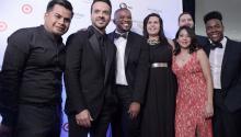 """Los denominados """"dreamers"""" de la Acción Diferida para los Llegados en la Infancia (DACA, por sus siglas en ingles) Josymar (i), Jonatan (3i), Catalina (c), Belen (2d-frente) y Cesar (d) posan junto al cantante puertorriqueño Luis Fonsi en la alfombra roja de la ceremonia número 30 de los Premios Anuales de la Herencia Hispana 2017 hoy, jueves 14 de septiembre de 2017, en el Teatro Warner de la ciudad de Washington (EE.UU.). EFE"""