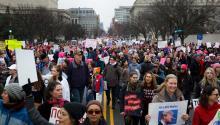 La gente se reúne para una Marcha Femenina y una manifestación para protestar contra el presidente Donald J. Trump al día siguiente de su juramento como 45º presidente de los Estados Unidos, en Washington. EFE