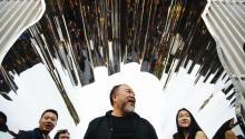 """Ai Weiwei (c), artista internacional y activista de derechos humanos chino, presenta en Washington Square Park en Nueva York (EE.UU.), su exposición """"Las buenas cercas hacen buenos vecinos"""", hoy, miércoles 11 de octubre de 2017. EFE/ALBA VIGARAY"""