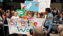 Niños llevan pancartas de protestafrenteal recinto donde se celebra esta semana la Conferencia sobre el cambio climático de la ONU, COP23, en Bonn, Alemania. EPA-EFE/RONALD WITTEK